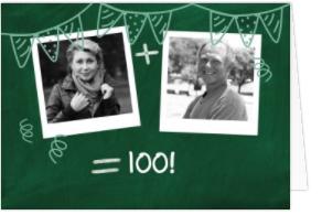 Mit 2 Fotos in Polaroid-Optik vor einer grünen Schultafel laden Sie zum Doppelgeburtstag ein. Zusammen Geburtstag feiern.