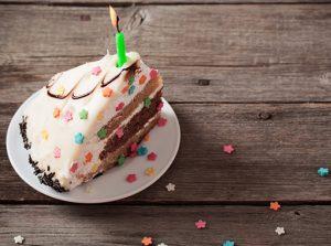 Einladung zur Geburtstagsfeier: Geburtstagstorte mit Sternchenkonfetti