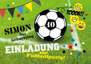 Einladung Kindergeburtstag: Karte mit Fußball auf Fußballfeld und Wimpeln