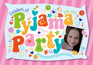 Einladung Kindergeburtstag: Einladung zur Pyjamaparty mit Foto, Kissen und bunten Buchstaben
