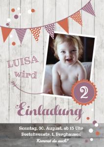 Vorlagen zum 2. Geburtstag: Einladung mit Foto, weißem Holz und orange-rosa Fähnchen