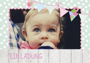 Vorlagen zum 1. Geburtstag: Einladungskarte mit Foto und Fähnchen in Pastelltönen