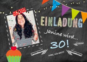 Vorlagen zum 30. Geburtstag: Einladung mit Foto mit Schultafel als Hintergrund und buten Details