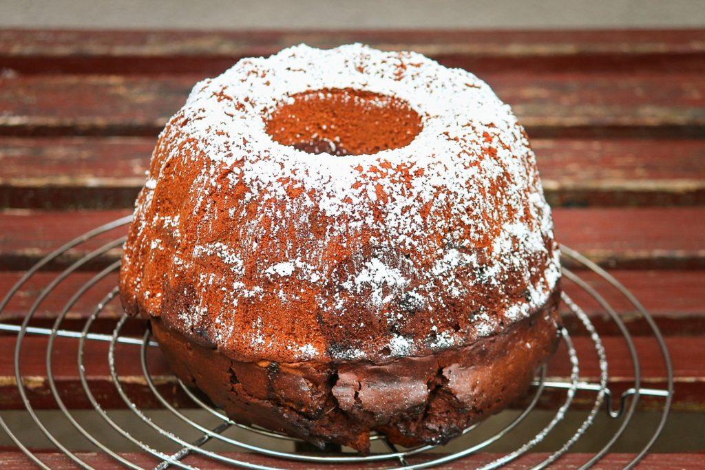 einen Kuchen backen